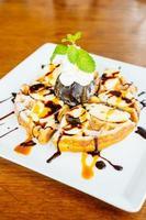 dessert sucré avec crêpe et crème glacée au chocolat photo