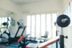 équipement de sport flou abstrait à l'intérieur de la salle de sport photo