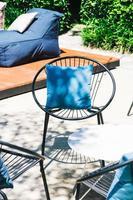 patio avec oreiller sur chaise et ensemble de table photo