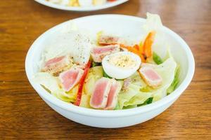 viande de thon et œuf avec salade de légumes photo