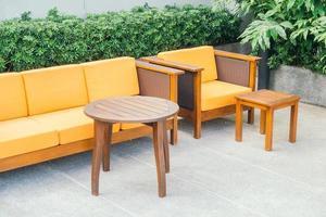 canapé et chaise en bois photo