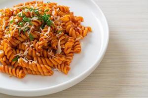 pâtes en spirale ou spirali avec sauce tomate et saucisses - style cuisine italienne photo