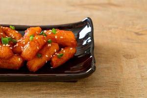 gâteau de riz coréen frit, ou tteokbokki, avec sauce épicée - style coréen photo