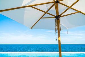 parasol blanc avec vue sur la mer et l'océan photo