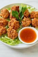 boulettes de crevettes bouillies avec sauce épicée photo