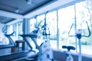 flou abstrait et équipement de fitness défocalisé à l'intérieur de la salle de sport photo