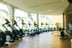 flou abstrait et équipement de fitness défocalisé et salle de sport photo