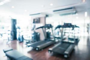 équipement de fitness défocalisé flou abstrait et intérieur de la salle de sport photo