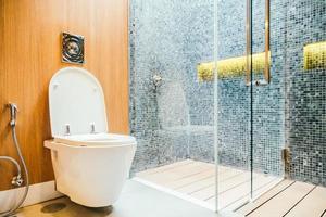 siège de cuvette de toilette blanc photo