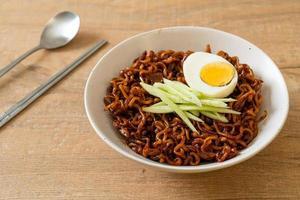 nouilles instantanées coréennes avec sauce aux haricots noirs ou jajangmyeon ou jjajangmyeon photo