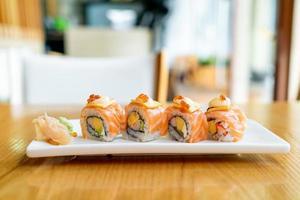 sushi de rouleau de saumon avec du fromage sur le dessus - style de cuisine japonaise photo