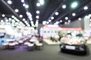 Flou abstrait et exposition de voitures et d'automobiles défocalisés photo