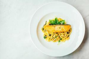 spaghetti et pâtes à la viande de filet de saumon photo