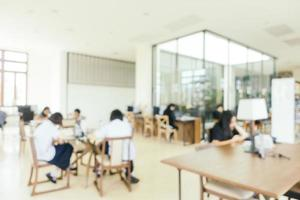 flou abstrait et étagère défocalisée dans la bibliothèque photo