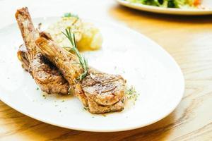 steak de côtelette d'agneau grillé photo