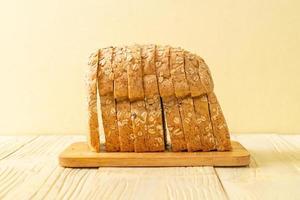 pain complet tranché sur une table en bois photo