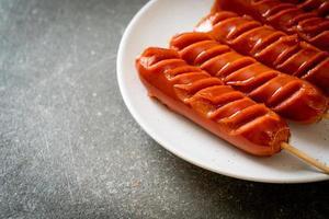 brochette de saucisses frites sur plaque blanche photo