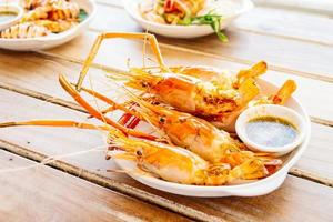 crevettes grillées avec sauce épicée aux fruits de mer photo