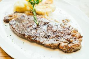 steak de viande de boeuf grillé aux légumes photo