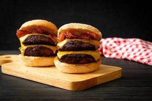 hamburgers ou hamburgers au bœuf avec fromage et bacon photo