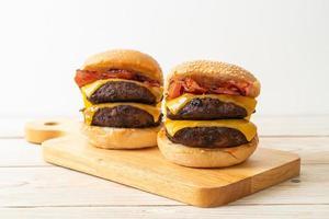 hamburgers ou hamburgers au bœuf avec fromage et bacon - style de nourriture malsaine photo
