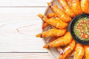 crevettes ou crevettes salées au four avec sauce épicée aux fruits de mer - style fruits de mer photo