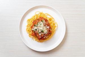 spaghettis au porc bolognaise ou spaghettis à la sauce tomate au porc haché - style cuisine italienne photo
