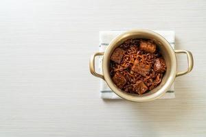 jjapaguri ou chapaguri ou haricots noirs coréens nouilles épicées au bœuf photo