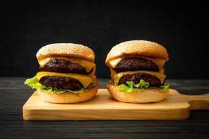 hamburgers ou hamburgers de boeuf avec du fromage - style de nourriture malsaine photo
