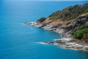 point de vue de phuket et île avec ciel bleu. le sujet est flou. photo
