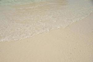 belle vague douce sur le sable à la mer journée ensoleillée photo