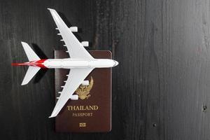modèle d'avion et passeport sur un bureau en bois, concept de voyage prêt photo