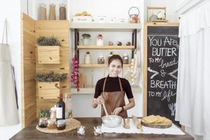 belle femme cuisine dans sa cuisine photo