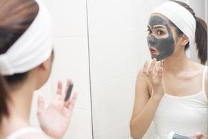 belle femme masquant son visage sur fond blanc photo