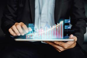 investissement de l'homme d'affaires analysant l'état du solde du rapport financier de l'entreprise travaillant avec la technologie de réalité augmentée numérique. concept pour les affaires, l'économie et la commercialisation des actions. illustration 3D. photo
