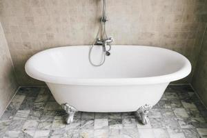 décoration de baignoire dans la salle de bain photo