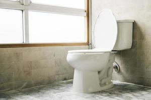 décoration de siège de toilette dans la salle de bain photo
