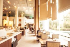 flou abstrait et buffet de petit-déjeuner défocalisé à l'intérieur du restaurant de l'hôtel photo