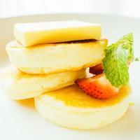 crêpe dessert sucrée au beurre et fraise photo