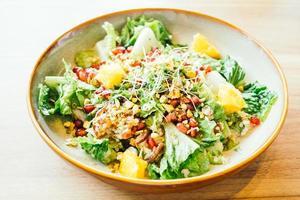 Poulet grillé aux légumes et grenade, salade de fruits en assiette - traitement du filtre de couleur photo