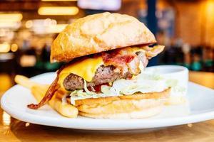 hamburger au boeuf et bacon photo