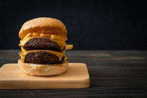 hamburgers ou hamburgers de boeuf avec du fromage et des frites - style de nourriture malsaine photo