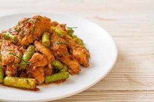porc sauté et pâte de curry rouge avec haricot piquant photo