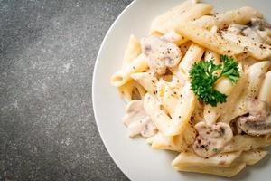 Penne pâtes carbonara sauce crème aux champignons - style cuisine italienne photo