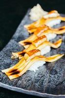 Sushi de poisson à l'anguille grillé avec foie gras sur le dessus photo