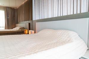 lit avec décoration couvre-lit dans la chambre photo
