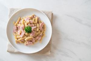 spirali ou sauce à la crème de champignons de pâtes en spirale avec du jambon - style de cuisine italienne photo
