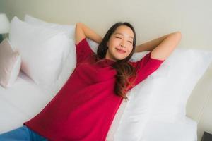 Portrait de belles jeunes femmes asiatiques sourire heureux sur le lit photo