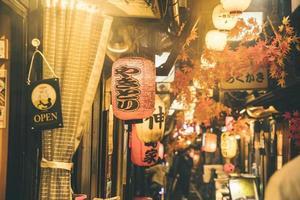 ville de nuit de rue avec des lumières de personnes. beau concept de photo de haute qualité