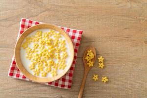 céréales complètes avec du lait frais pour le petit déjeuner photo